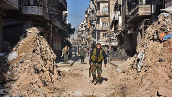 Syrský voják prochází barikádou, prosinec 2016. - Sputnik Česká republika