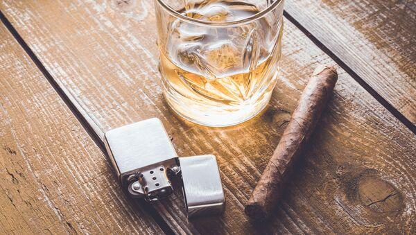 Кубинская сигара и бокал на столе - Sputnik Česká republika