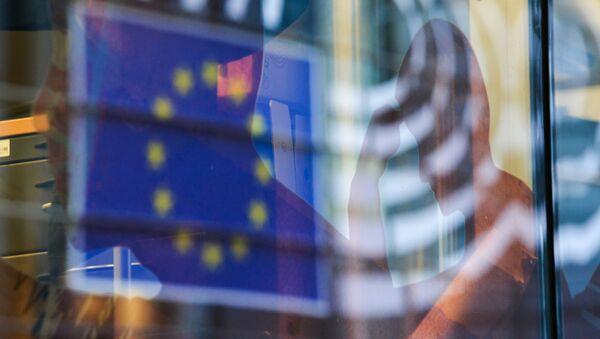 Reflection of the EU flag in a window of a building in Brussels. - Sputnik Česká republika