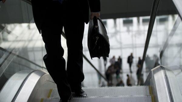 Muž na pohyblivém schodišti - Sputnik Česká republika