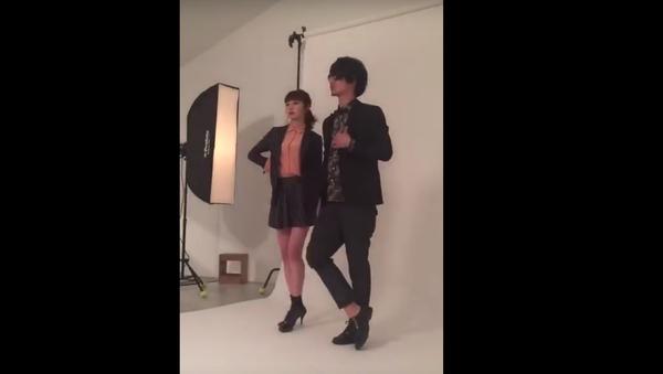 Japonskému manekýnovi spadly během natáčení kalhoty - Sputnik Česká republika