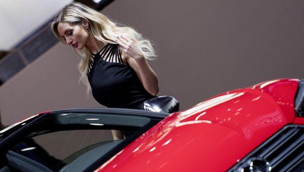 Modelka vedle Audi S5 v Detroitu. Ilustrační foto - Sputnik Česká republika