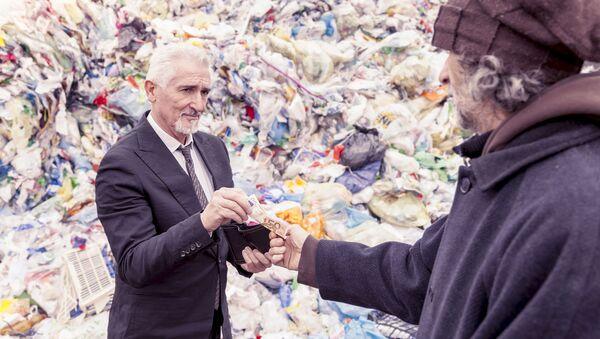 Muž v obleku dává peníze chudákovi - Sputnik Česká republika