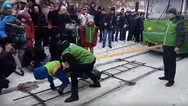 Sibiřanka ve dvacetistupňovém mrazu posunula dvě tramvaje - Sputnik Česká republika