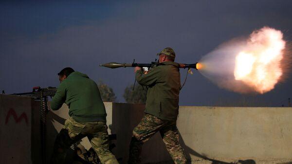 Iráčtí vojáci během srážky s bojovníky Islámského státu na jihu Mosulu, Irák - Sputnik Česká republika