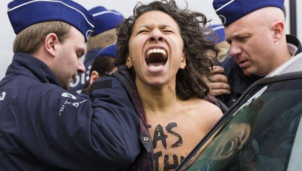 Aktivisktky FEMEN během shromáždění v Bruselu - Sputnik Česká republika
