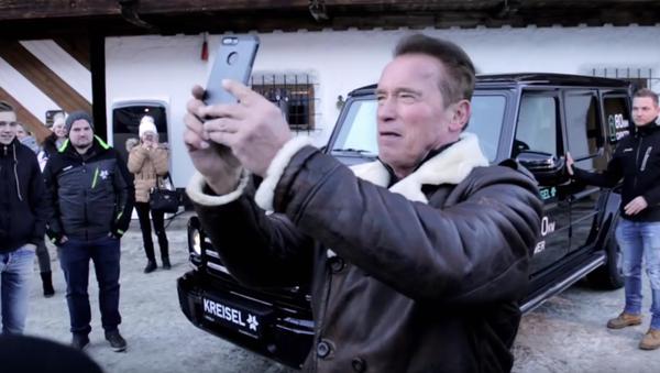 Schwarzenegger si vyzkoušel Gelandewagen na elektrický pohon - Sputnik Česká republika