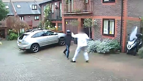 V Londýně odrazil muž holýma rukama útok lupičů s nunčaky - Sputnik Česká republika