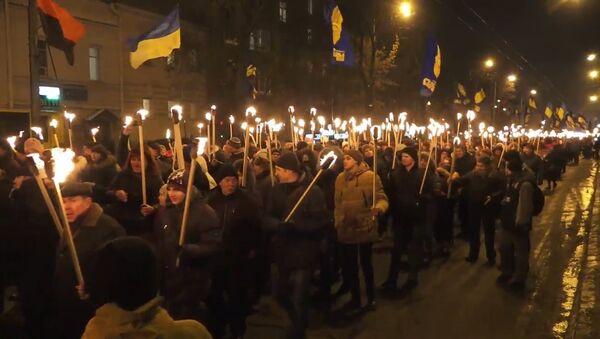 V Kyjevě se v den výročí bitvy se sovětskými vojáky konal pochodňový průvod - Sputnik Česká republika