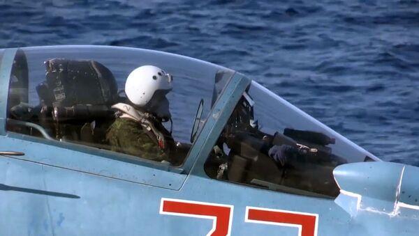 Letec na stíhačce Su-33 na palubě křižníku Admirál Kuzněcov - Sputnik Česká republika