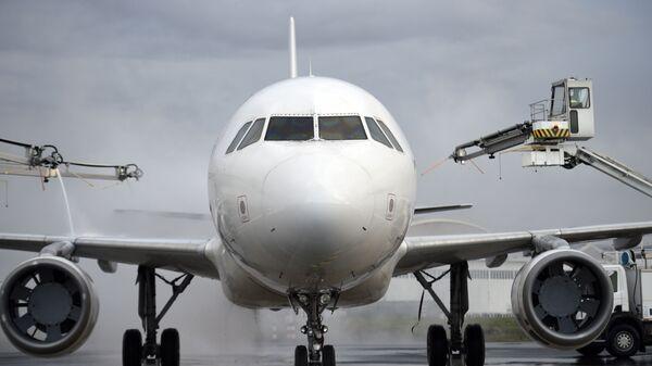 Разморозка самолета в аэропорту - Sputnik Česká republika