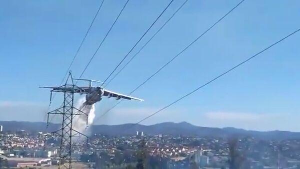 Chilští požárníci natočili zblízka letadlo Il-76 při práci - Sputnik Česká republika