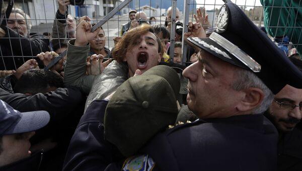 Policie zadržuje migranty z Afghánistánu na jihu Atén, Řecko - Sputnik Česká republika
