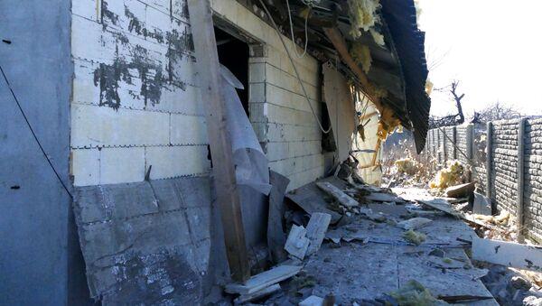 Dům, poškozený kvůli ostřelování ukrajinskými ozbrojenci - Sputnik Česká republika