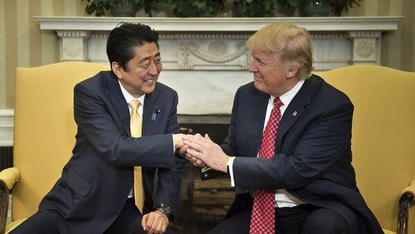 Japonský premiér Šinzó Abe a prezident USA Donald Trump - Sputnik Česká republika