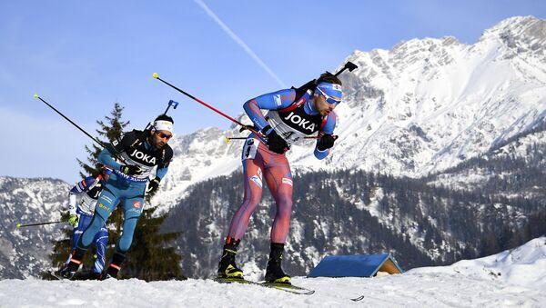 Ruský biatlonista Anton Šipulin a francouzský biatlonista Martin Fourcad - Sputnik Česká republika