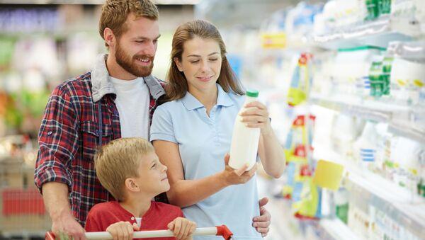 Mladá rodina v supermarketu - Sputnik Česká republika