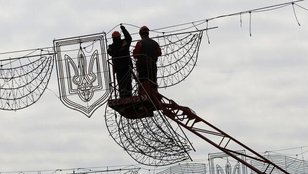 Pracovníci odstraňují slavnostní osvětlení v Kyjevě - Sputnik Česká republika