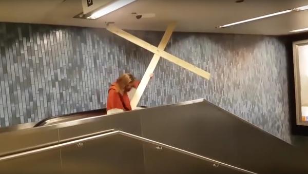 Němec zobrazující Ježíše Krista uvázl na eskalátoru kvůli kříži - Sputnik Česká republika