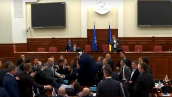 Kyjevští poslanci se porvali kvůli nabídce vynést Klička nohama napřed - Sputnik Česká republika