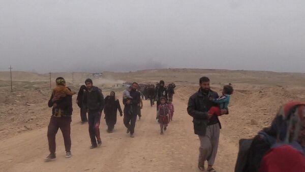Civilisté utíkají z Mosulu, kde pokračuje protiteroristická operace - Sputnik Česká republika