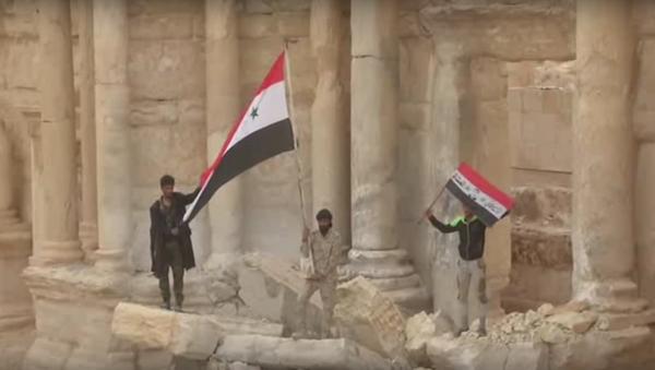 Příslušníci syrské armády vztyčili syrské vlajky v centru starověké Palmýry - Sputnik Česká republika