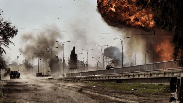 Kouř a oheň po explozi auta v Mosulu, Irák - Sputnik Česká republika