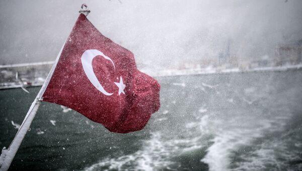 Турецкий флаг на судне в проливе Босфора - Sputnik Česká republika