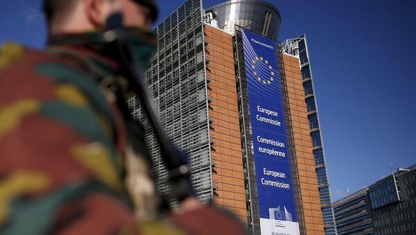 Belgický voják u sídla Evropské komise v Bruselu - Sputnik Česká republika