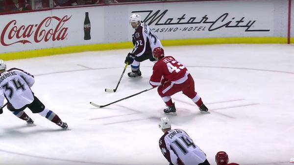 Hokejista na zápase NHL rozbil fanouškovi obličej přes mezeru v mantinelu - Sputnik Česká republika