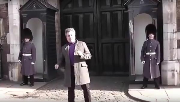 Přerušil mlčení: V Londýně vylekal příslušník gardy dotěrného turistu - Sputnik Česká republika