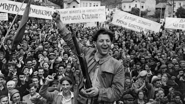 Obyvatelé bulharského města Loveč vítají Rudou armádu  - Sputnik Česká republika