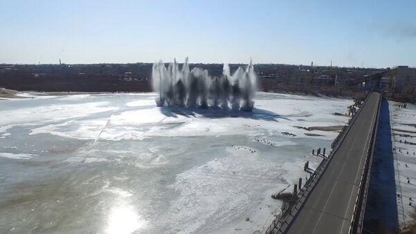 Ženisté odstřelují led na řece Tom - Sputnik Česká republika