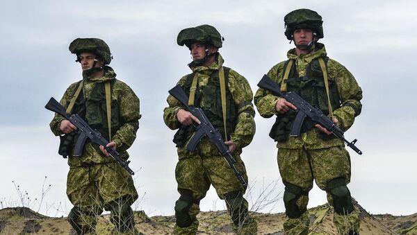 Ruští vojáci na výcvikovém prostoru na Krymu - Sputnik Česká republika
