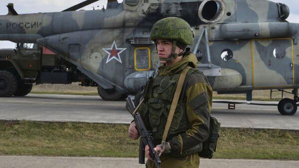 Ruský voják na výcvikovém prostoru na Krymu - Sputnik Česká republika