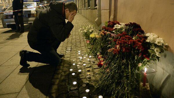 Lidé nesou květiny k stanici metra Technologičeskij institut v Petrohradě - Sputnik Česká republika