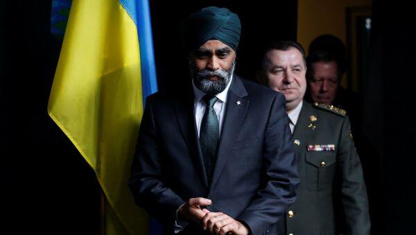 Ukrajinský ministr obrany Stěpan Poltorak a kanadský ministr obrany Harjit Sajjan - Sputnik Česká republika
