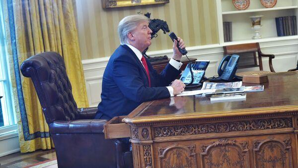 Prezident USA Donald Trump telefonuje - Sputnik Česká republika