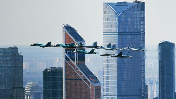 Stíhačka Su-35 a stíhačky-bombardéry Su-27 a Su-34 během zkoušky na leteckou část Přehlídky vítězství v Moskvě - Sputnik Česká republika