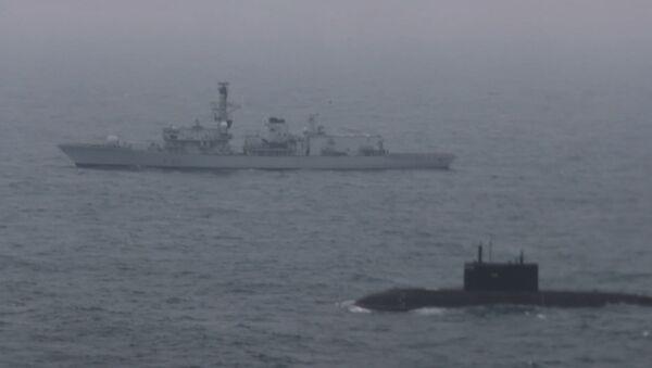 Pod dohledem – ruská ponorka proplula Lamanšským průlivem za doprovodu britské lodě - Sputnik Česká republika