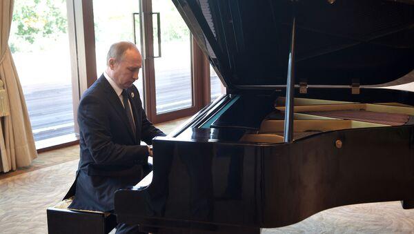 Prezident RF Putin si před schůzkou s čínským lídrem zahrál na klavír - Sputnik Česká republika