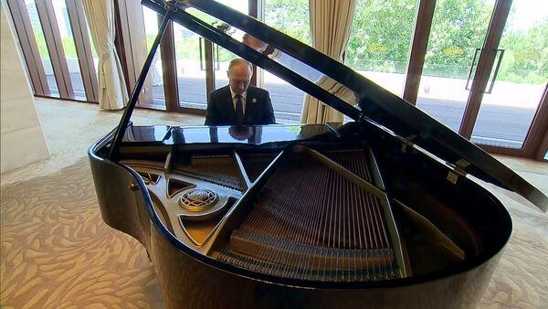 Putin si před schůzkou s čínským lídrem zahrál na klavír - Sputnik Česká republika