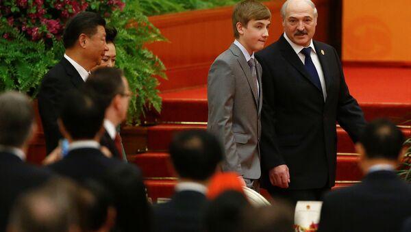 Běloruský prezident Alexandr Lukašenko se synem Nikolajem v Číně - Sputnik Česká republika