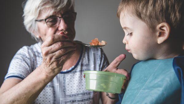 Babička krmí vnuka - Sputnik Česká republika