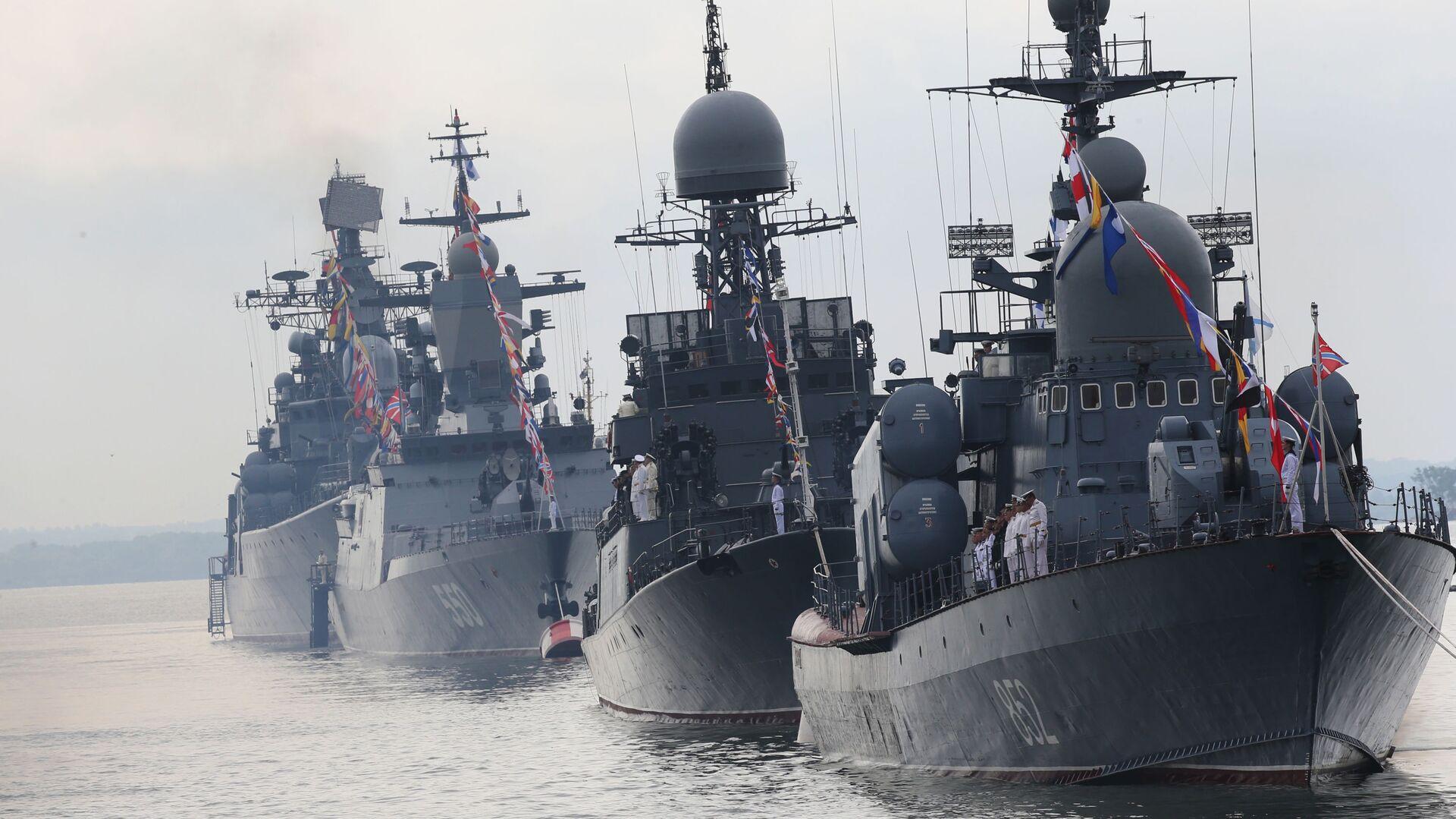 Raketový člun R-129 Kuzněck a lodě Baltského námořnictva v přední linii během generální zkoušky Námořní přehlídky věnované dni ruského námořnictva - Sputnik Česká republika, 1920, 02.07.2021