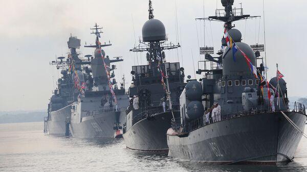 Ракетный катер Р-129 Кузнецк и корабли Балтийского Флота в парадном строю во время генеральной репетиции военно-морского парада, посвященного Дню ВМФ России - Sputnik Česká republika