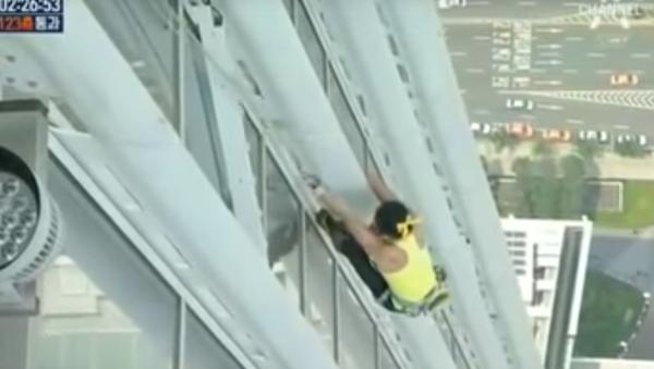 Horolezkyně se vyšplhala na nejvyšší budovu v Jižní Koreji bez speciální výbavy - Sputnik Česká republika