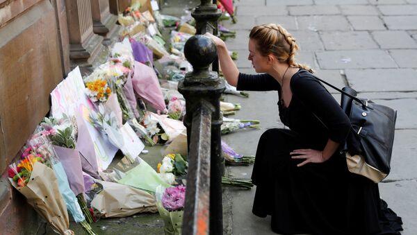 Dívka vedle květin k uctění památky zemřelých při útoku v Manchesteru - Sputnik Česká republika