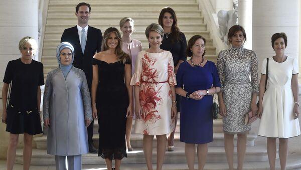 Manžel lucemburského premiéra se vyfotil s manželkami lídrů NATO - Sputnik Česká republika