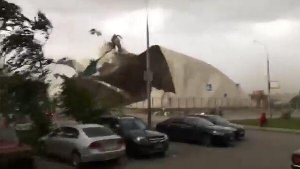 Uragán v Moskvě trhal střechy budov a lámal stromy. Videa očitých svědků - Sputnik Česká republika